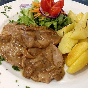 """Escalopes de vitela, com molho de cogumelos Boletus """"Porcini"""" , batata assada no forno e salada"""